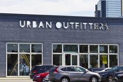 Los vendedores de ropa confeccionada para caballero urbanos venden la ubicación al por menor II Imagenes de archivo