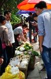 Los vendedores del vendedor de la fruta Fotografía de archivo