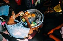 Los vendedores locales que montan el círculo entrenan en Rangún Fotos de archivo