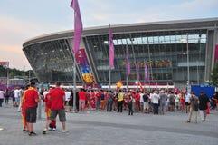Los ventiladores acercan al estadio de la arena de Donbass Foto de archivo libre de regalías