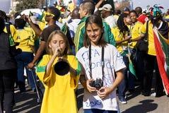Los ventiladores de fútbol jovenes celebran en la calle Foto de archivo libre de regalías