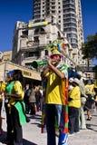 Los ventiladores de fútbol soplan en el claxon de Vuvuzela Fotos de archivo