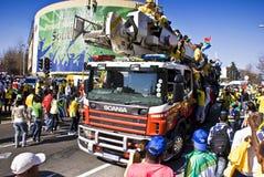 Los ventiladores de fútbol surafricanos atestan las calles Imagen de archivo libre de regalías