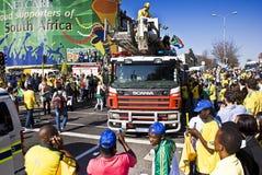 Los ventiladores de fútbol surafricanos atestan las calles Fotografía de archivo