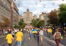 Los ventiladores ucranianos, suecos e ingleses van al fanzone Imágenes de archivo libres de regalías