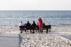 Los veraneantes no identificados tienen un resto en la playa Imágenes de archivo libres de regalías