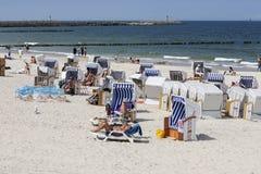 Los veraneantes pasan tiempo en la playa en Kolobrzeg Imagen de archivo libre de regalías