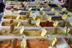 Los verschiedene Gewürze auf einem Markt Stockfoto