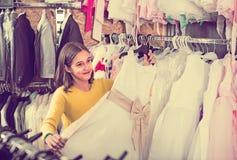 Los vestidos de examen del cliente adolescente en paños de los children's hacen compras Imagenes de archivo