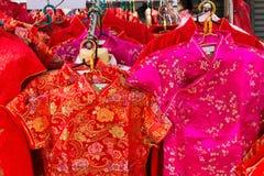 Los vestidos de seda chinos se llevan tradicionalmente por Año Nuevo lunar Foto de archivo libre de regalías