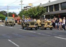 Los veteranos de guerra en los vehículos de ejército del vintage en día de ANZAC desfilan Foto de archivo libre de regalías