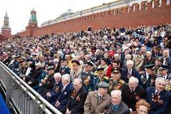 Los veteranos de la Segunda Guerra Mundial se sientan en el podium Foto de archivo libre de regalías