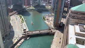 Los viajeros caminan en el riverwalk y montan un taxi del agua a lo largo del río Chicago metrajes