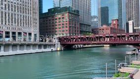 Los viajeros caminan en el riverwalk y montan un taxi del agua a lo largo del r?o Chicago metrajes