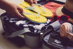 Los viajeros están embalando sus bolsos del viaje, vaqueros, camisas, pasaporte imágenes de archivo libres de regalías