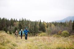 Los viajeros están en el campo del otoño Imagen de archivo