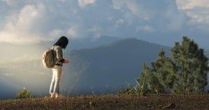 Los viajeros femeninos asiáticos están comprobando coordenadas geográficos Foto de archivo libre de regalías