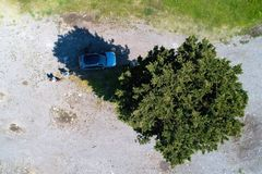Los viajeros ponen el coche en la sombra y producen un droning del tiro imagenes de archivo