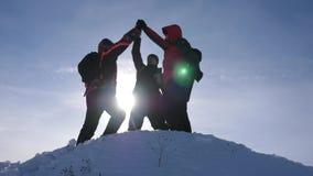 Los viajeros se encontraron encima de éxito Los turistas vienen al top de la colina nevosa y disfrutan en la victoria contra el c almacen de metraje de vídeo