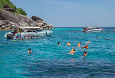 Los viajeros son que nadan y que bucean en el mar de Andaman Imagen de archivo