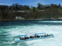 Los viajes del barco a lo largo del Rhine Falls o del Schifffahrt Rheinfall, Neuhausen son Rheinfall fotografía de archivo libre de regalías