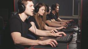 Los videojugadores casuales recolectan juntos en club del juego de la PC para competir en el torneo en l?nea metrajes