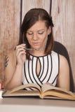 Los vidrios blancos del libro de oficina del vestido de la mujer miran abajo foto de archivo libre de regalías