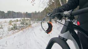 Los vidrios cuelgan en los manillares de la bicicleta Bici gorda del deportista del soporte extremo profesional del motorista en  almacen de metraje de vídeo