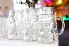 Los vidrios de cerveza vacíos se prepararon por el camarero para las huéspedes del evento y de los participantes del partido gran Foto de archivo
