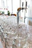Los vidrios de cerveza vacíos se prepararon por el camarero para las huéspedes del evento y de los participantes del partido gran Fotografía de archivo