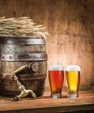 Los vidrios de cerveza y de cerveza inglesa barrel en la tabla de madera Brewe del arte Imagenes de archivo