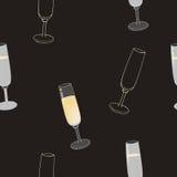 Los vidrios de Champán con las bebidas y vacian Foto de archivo