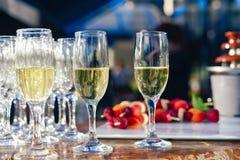 Los vidrios de champán en la tabla sirvieron para el partido del abastecimiento de la comida fría al aire libre Cóctel en la boda Imagenes de archivo