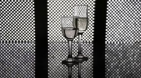 Los vidrios de champán llevaron el fondo del panel Imágenes de archivo libres de regalías