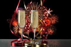 Los vidrios de champán para las celebraciones con el fuego trabajan el fondo Fotos de archivo