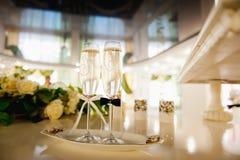 Los vidrios de la boda llenaron de champán en el banquete Imagenes de archivo