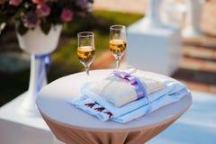 Los vidrios de la boda llenaron de champán en el banquete Fotos de archivo
