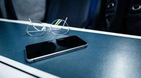 Los vidrios de las gafas entrenan a la tabla interior del viaje fotos de archivo