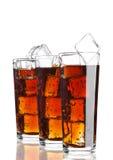 Los vidrios de soda de la cola beben frío con los cubos de hielo Fotografía de archivo