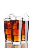 Los vidrios de soda de la cola beben frío con los cubos de hielo Imagenes de archivo