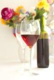Los vidrios de vino llenaron del vino rojo y de la botella de vino Imágenes de archivo libres de regalías