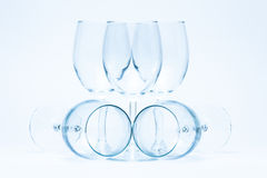 Los vidrios de vino vacíos se colocan y mienten simétricamente Imágenes de archivo libres de regalías