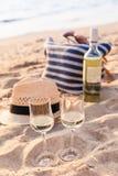Los vidrios del vino blanco en la puesta del sol varan, meriendan en el campo tema Foto de archivo
