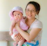 Madre feliz que celebra al bebé dulce Fotos de archivo libres de regalías