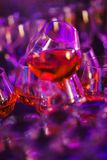 Los vidrios hermosos llenaron del coñac y se prepararon por el camarero para las huéspedes del evento y del partido en un club no Imagenes de archivo