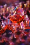 Los vidrios hermosos llenaron del coñac y se prepararon por el camarero para las huéspedes del evento y del partido en un club no Fotos de archivo libres de regalías