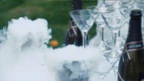 Los vidrios para el champán se arreglan bajo la forma de diapositiva almacen de metraje de vídeo