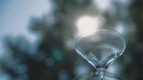 Los vidrios para el champán son arreglados por una diapositiva almacen de metraje de vídeo