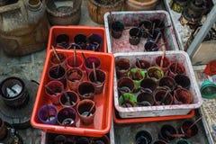 Los vidrios satisfacen con el tinte colorido para el proceso de colorante del batik Pekalongan admitido foto Indonesia imagenes de archivo