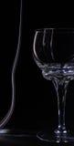 Los vidrios siluetean el vidrio de consumición en un illumin negro del fondo Imagen de archivo libre de regalías